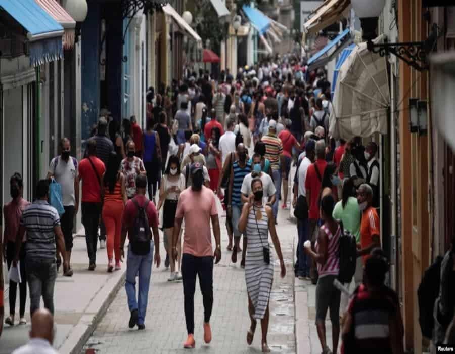 Crisis en centros de aislamiento y demoras con pruebas PCR tras aumento de contagios en Cuba