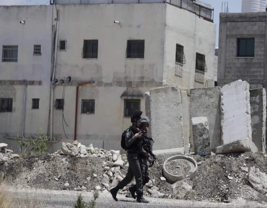 Israel bombardea Gaza, palestinos lanzan globos incendiarios