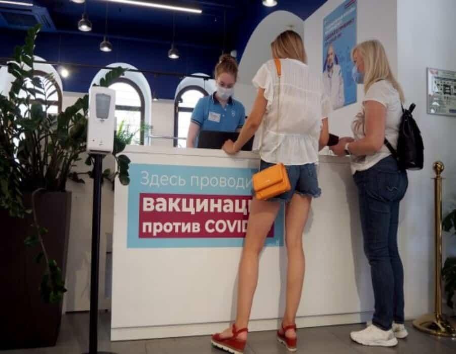 Rusia impone el teletrabajo en Moscú y la vacunación obligatoria por el récord de contagios