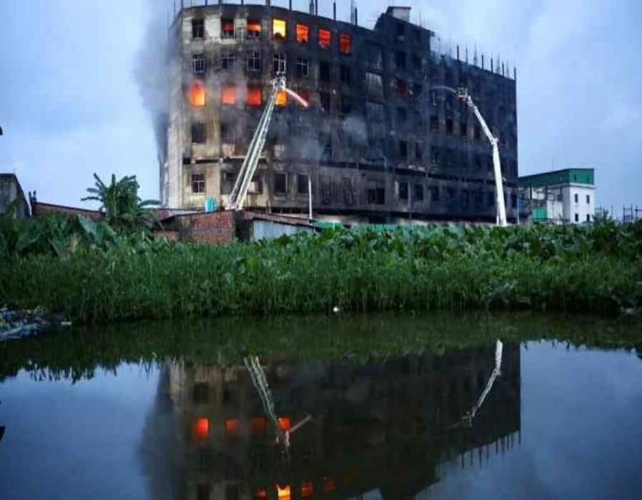 Acusan de homicidio a dueño de fábrica incendiada en Bangladesh