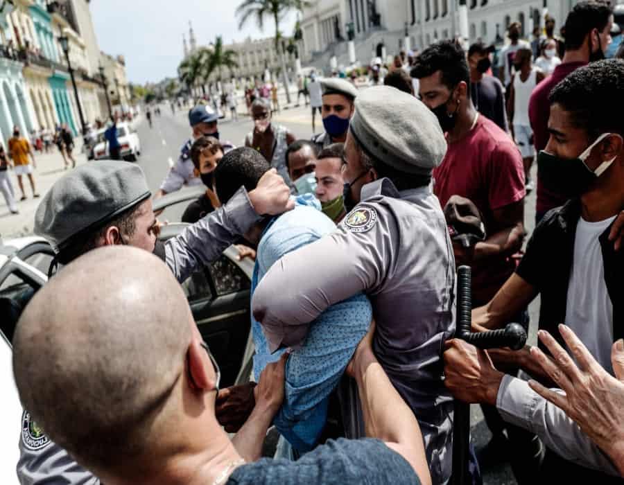 Sangrienta jornada de protestas en Cuba; resumen de prensa independiente, julio 14 de 2021 (Podcast)