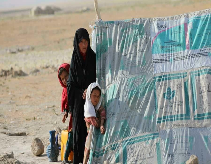 Decenas de miles de afganos huyen de sus casas por temor a ataques talibanes