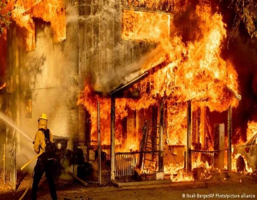 Bomberos de EE. UU. luchan por controlar los incendios forestales en medio de una ola de calor