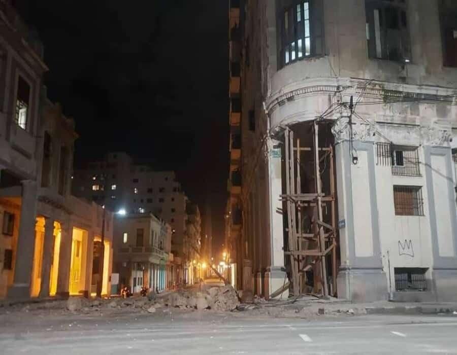 Reportan derrumbe del alero de un edificio en La Habana habitado por 20 familias
