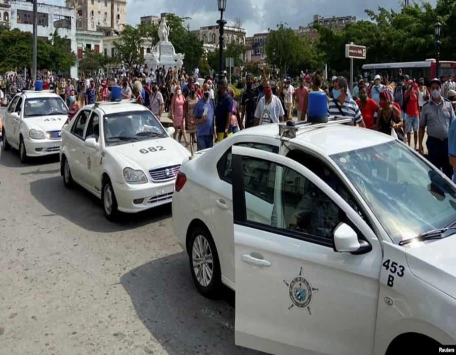 Las calles siguen llenas de policías, afirman cubanos desde la isla