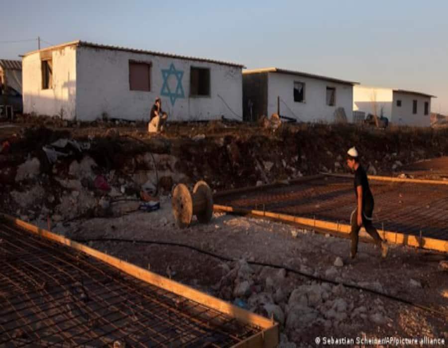 Colonos israelíes evacuan polémico asentamiento en Cisjordania ocupada