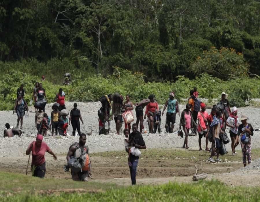 Biden ordena cerrar puente fronterizo por cruce masivo de migrantes