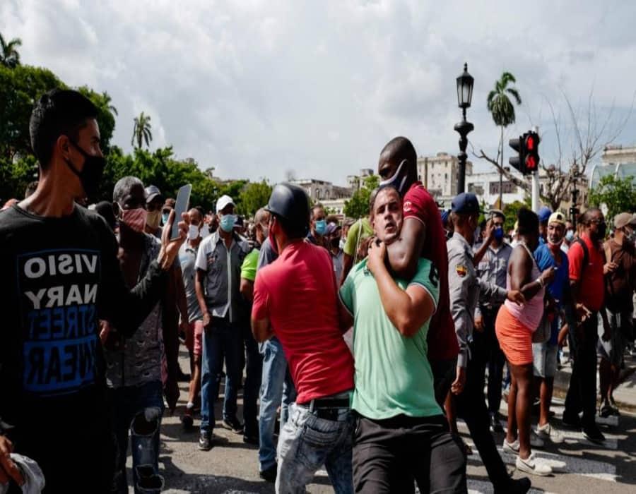 ¡Asesinos! A golpes y a tiros matan a una mujer y a un adolescente durante las protestas en Cuba (Videos)