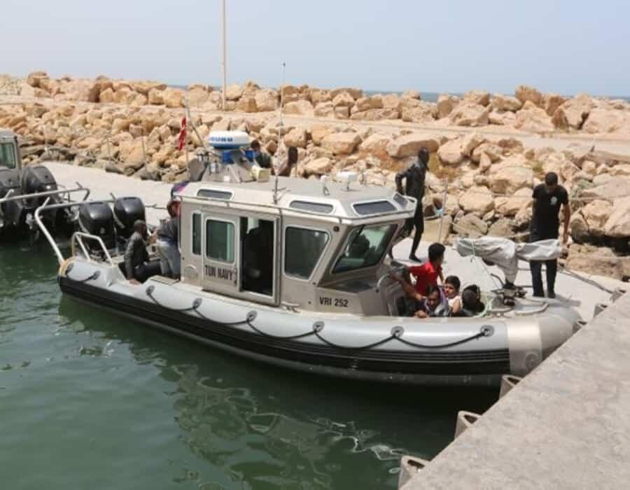 Mueren 43 personas al naufragar una barca frente a la costa de Túnez