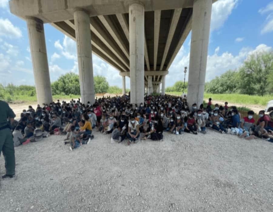 Crisis fronteriza: dron logra grabar la detención masiva de migrantes bajo un puente de Texas