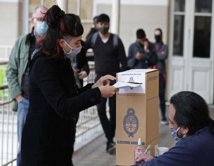 Gritos y deuda, ejes del debate electoral en Argentina