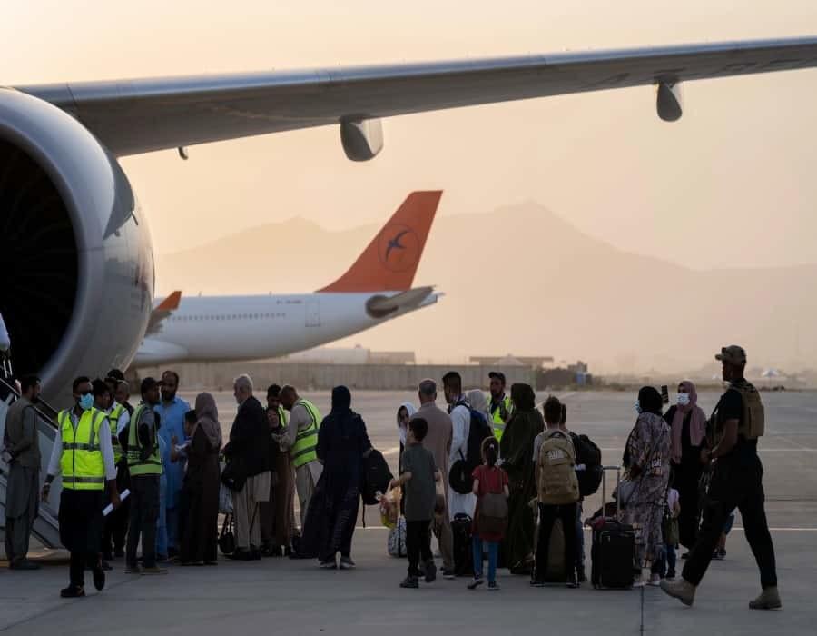 Occidentales abordan primer vuelo comercial desde Kabul